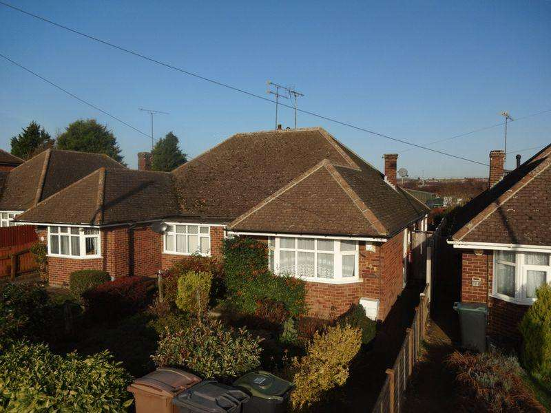 2 Bedrooms Semi Detached Bungalow for sale in Toddington Road, Luton