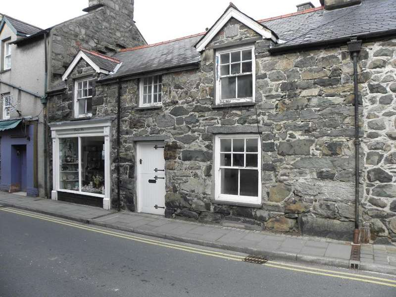 3 Bedrooms Flat for sale in Dilys Meredith Shop and Flat, Dolgellau, LL40 1ET