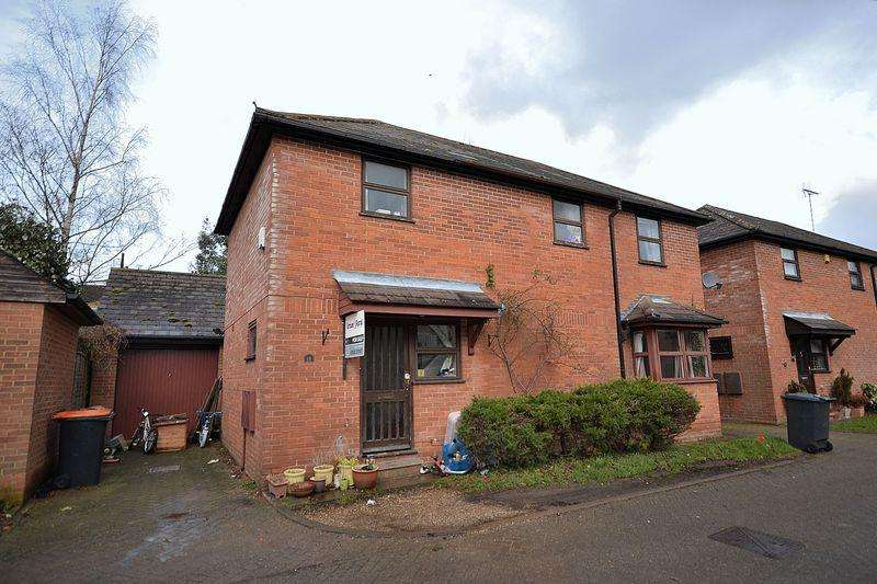 4 Bedrooms Detached House for sale in No-through Road in a central Leighton Buzzard location...