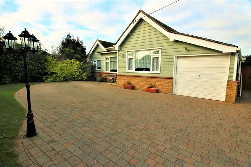 2 Bedrooms Detached Bungalow for sale in Blackmore Avenue, CANVEY ISLAND, Essex