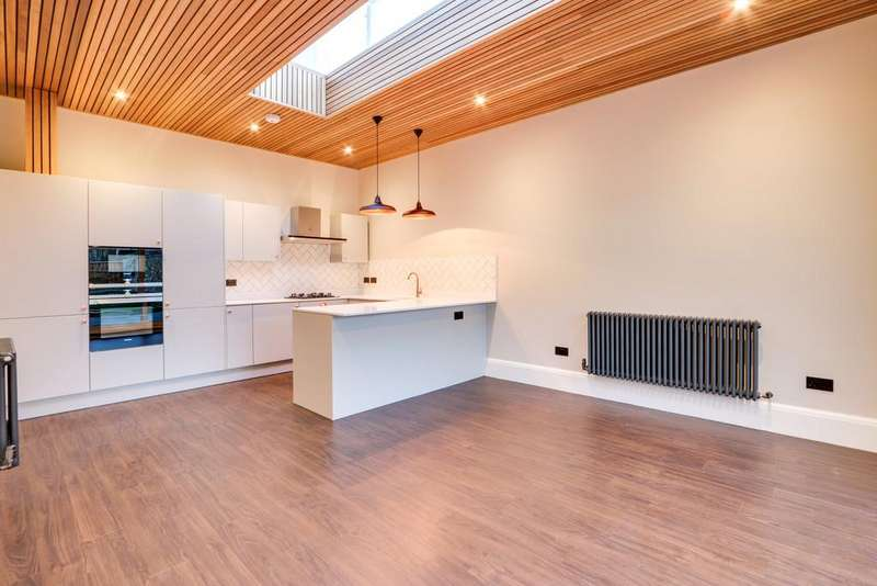 2 Bedrooms Ground Flat for sale in Clifftown Parade, Southend on Sea