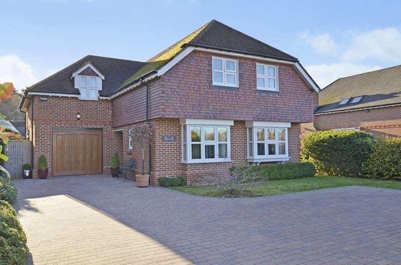 4 Bedrooms Detached House for sale in Southern Avenue, West Moors, Ferndown
