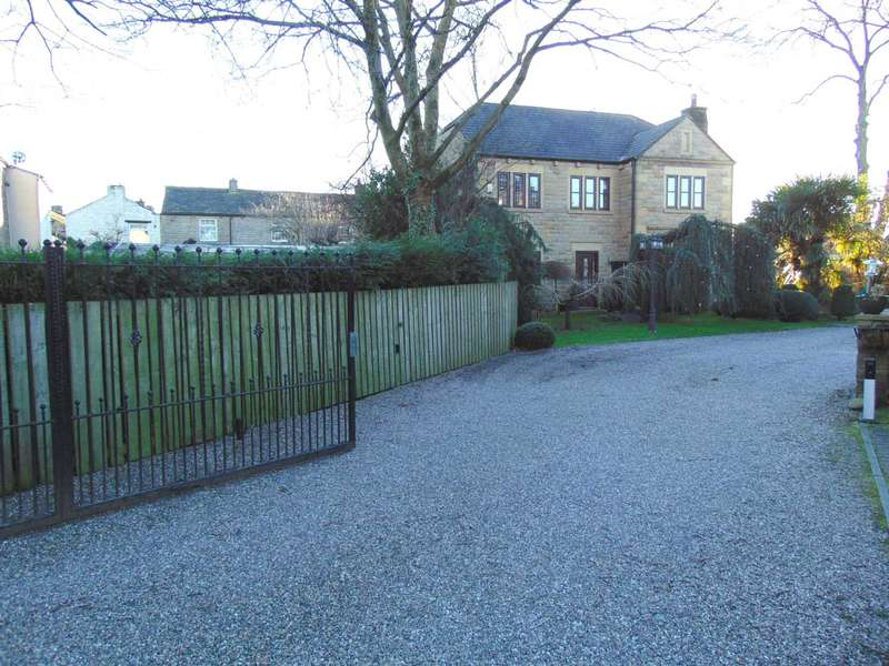 4 Bedrooms Detached House for sale in Harbour Lane, Milnrow