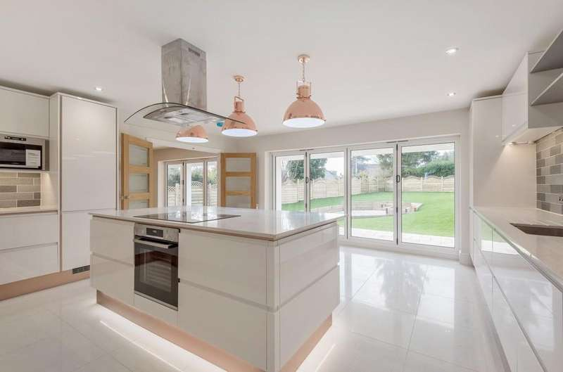 5 Bedrooms Detached House for sale in Ball Wicket Lane, Farnham