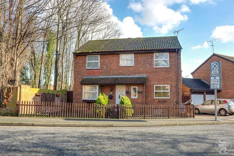 4 Bedrooms Detached House for sale in Manor Way, Grays