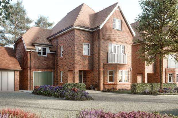 5 Bedrooms Detached House for sale in Ively Road, Fleet