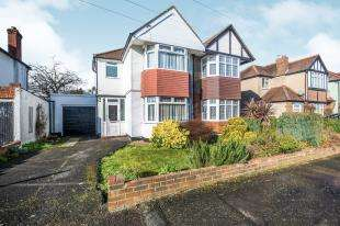 3 Bedrooms Semi Detached House for sale in Sherborne Road, Chessington, Surrey