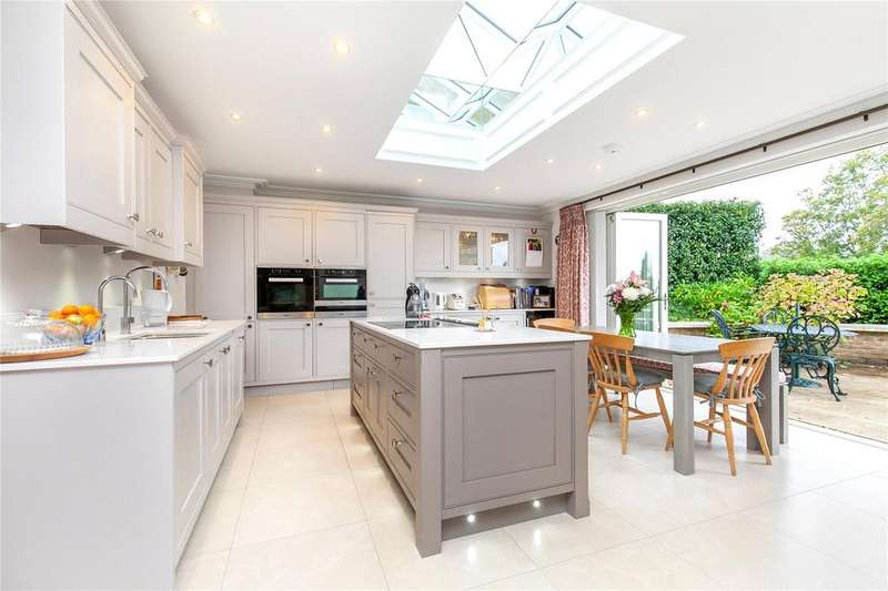 2 Bedrooms Flat for sale in Connaught Square, Winchester, Hampshire, SO22