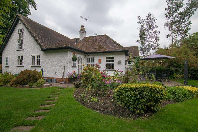 3 Bedrooms Bungalow for sale in Mews Cottage, Tunnel Hill, Upton upon Severn, Worcestershire, WR8 0QL