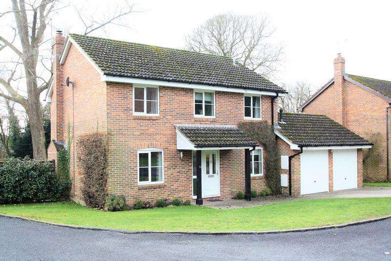 4 Bedrooms Detached House for sale in Bishops Waltham - Hall Close