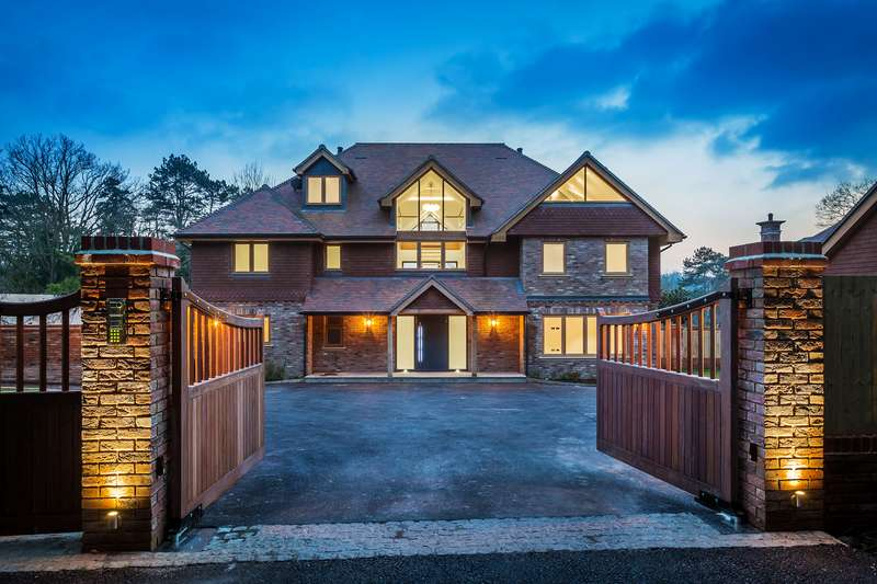 5 Bedrooms Detached House for sale in Dormans Park, RH19 2LT