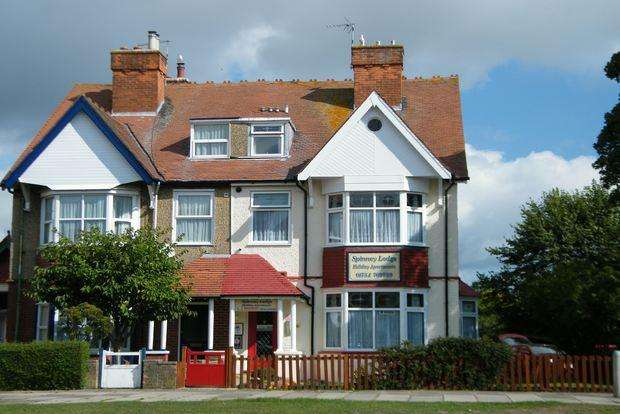 6 Bedrooms Semi Detached House for sale in Scarbrough Avenue, Skegness, PE25