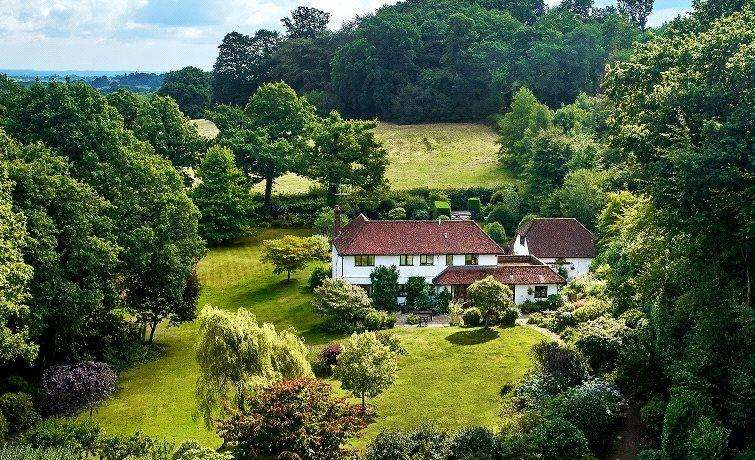 4 Bedrooms Detached House for sale in Holdfast Lane, Haslemere, Surrey