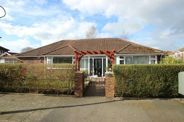 3 Bedrooms Detached Bungalow for sale in Thornham Road, Sale