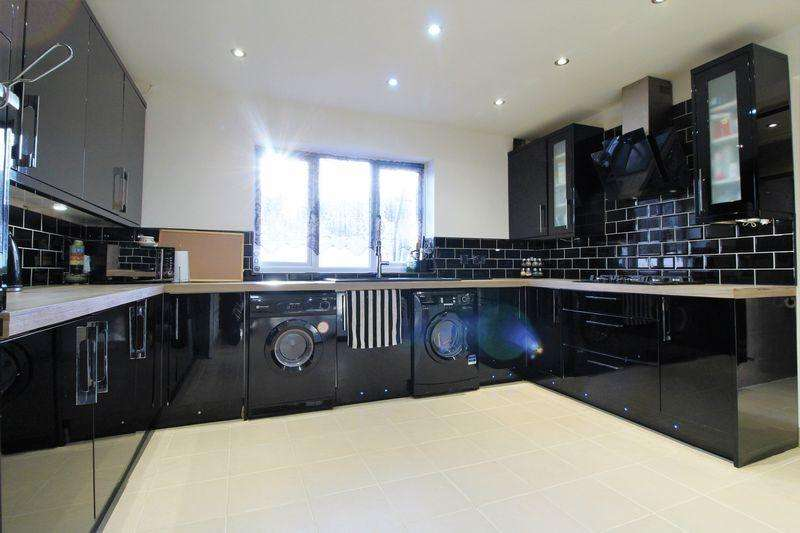 3 Bedrooms Semi Detached House for sale in IMMACULATE THREE BEDROOM SEMI DETACHED on Wellhouse Close, Luton