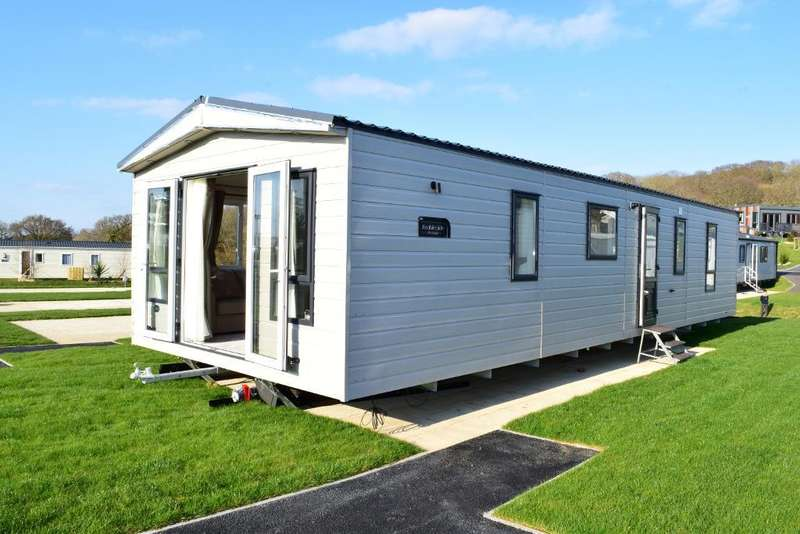 2 Bedrooms Mobile Home for sale in Whitecliff Bay, Bembridge, Isle of wight, PO35 5PL
