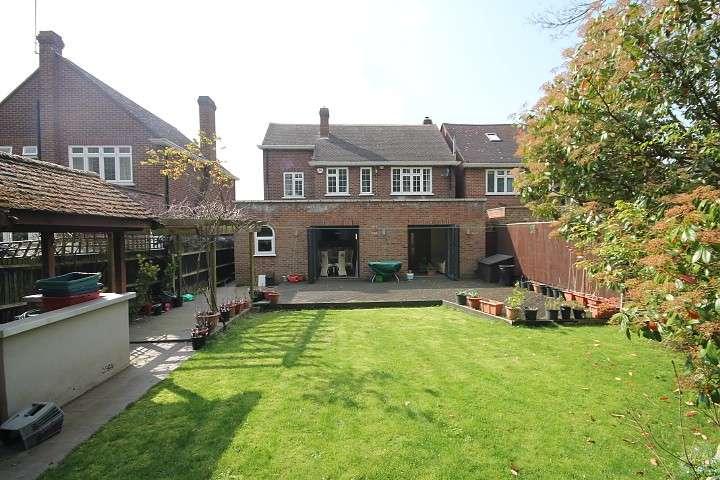 4 Bedrooms Semi Detached House for sale in Elizabeth Way, Feltham, TW13