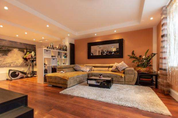 3 Bedrooms House for sale in Woodward Gardens, Dagenham, London RM9