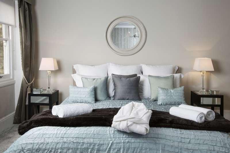 2 Bedrooms Apartment Flat for rent in The Barons Twickenham TW1