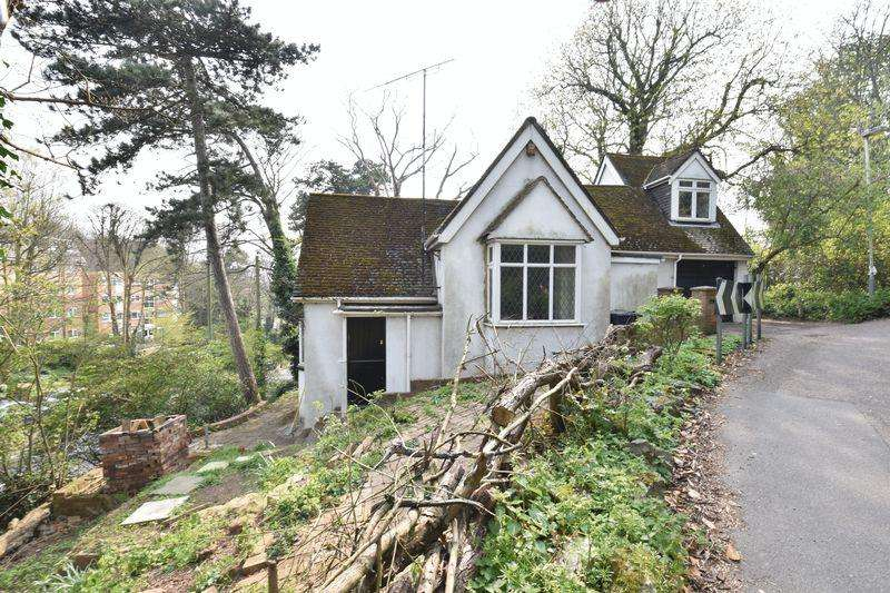 2 Bedrooms Detached House for sale in The Lodge, Hart Hill Lane