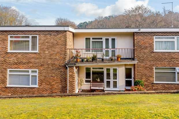 2 Bedrooms Flat for sale in Hurstmere Close, Grayshott, Hindhead, Hampshire