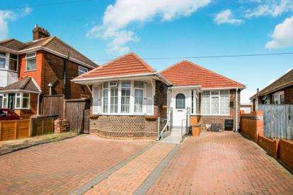 3 Bedrooms Bungalow for sale in Clevedon Road, Luton, Bedfordshire
