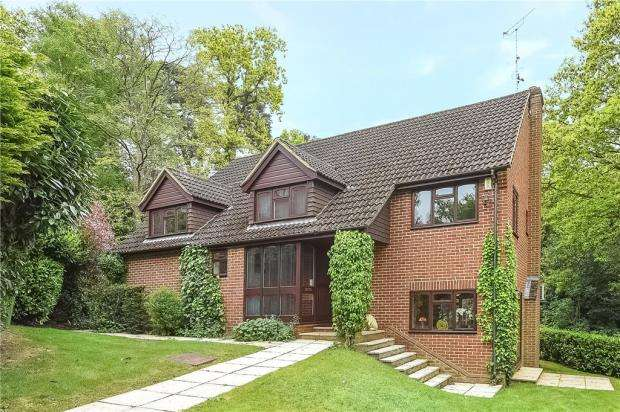 5 Bedrooms Detached House for sale in Whittle Close, Sandhurst, Berkshire