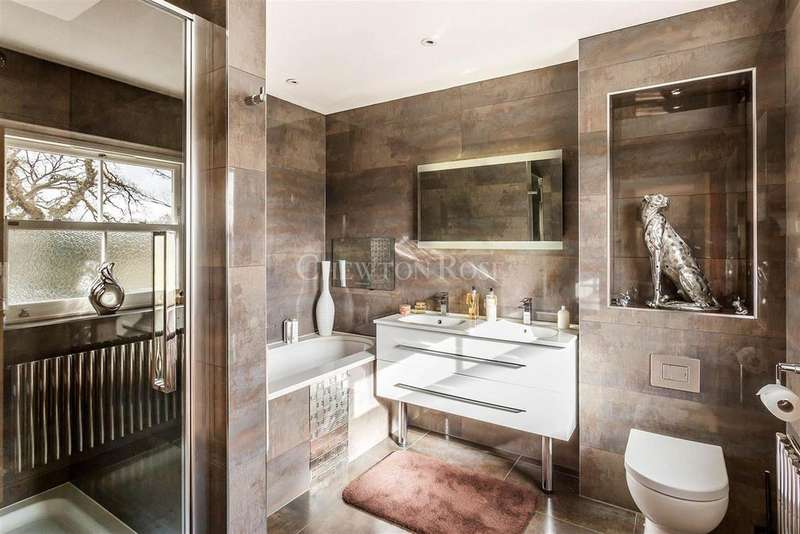 5 Bedrooms Detached House for sale in Chobham