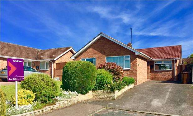 2 Bedrooms Detached Bungalow for sale in The Mayalls, Twyning, TEWKESBURY, Gloucestershire, GL20 6DT