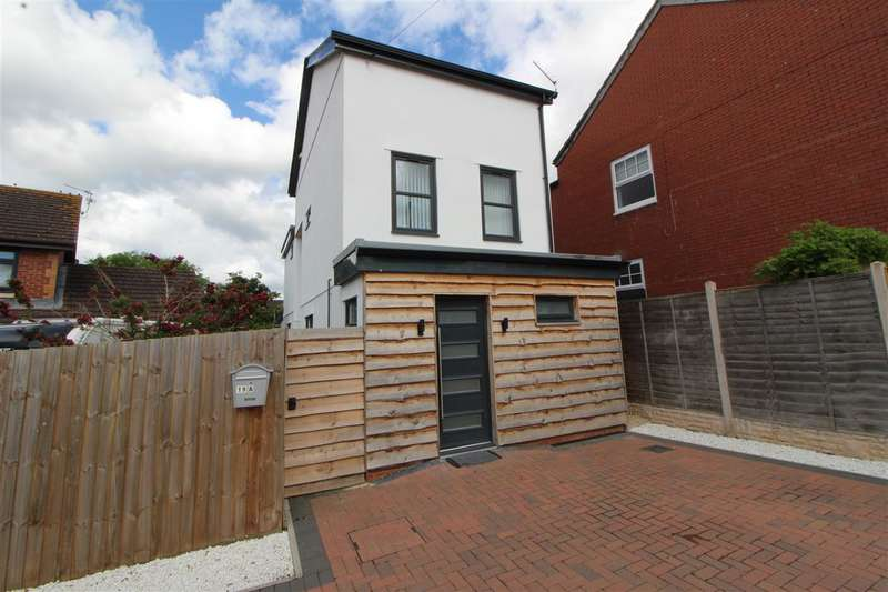 3 Bedrooms Detached House for sale in The Avenue, Caldicot
