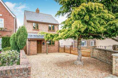 2 Bedrooms Detached House for sale in Cotton End Road, Wilstead, Bedford, Bedfordshire