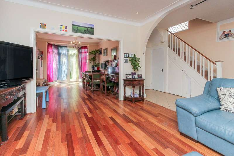 4 Bedrooms Semi Detached House for sale in Sefton Avenue, London, NW7
