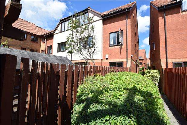 2 Bedrooms Maisonette Flat for sale in Westbrooke Court, Cumberland Close, BRISTOL, BS1 6XE