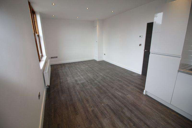 2 Bedrooms Flat for rent in Crosby Road South, Liverpool