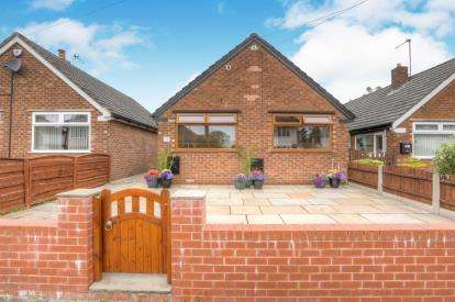 2 Bedrooms Bungalow for sale in The Drive, Bredbury, Stockport, Cheshire