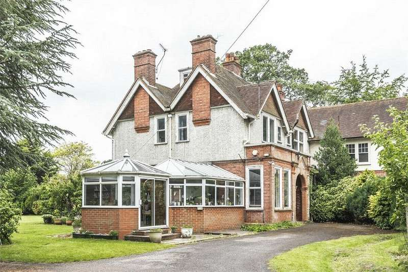4 Bedrooms Semi Detached House for sale in Farnborough, Hampshire