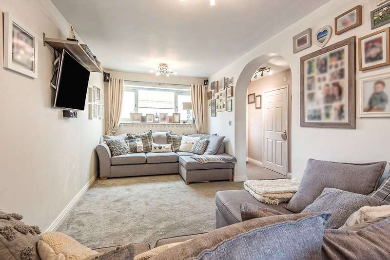 4 Bedrooms House for sale in Shearburn Close, Ossett, West Yorkshire, WF5