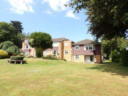 2 Bedrooms Flat for sale in Woodlea Gardens, Ebberston Road West, Rhos On Sea, Conwy, LL28