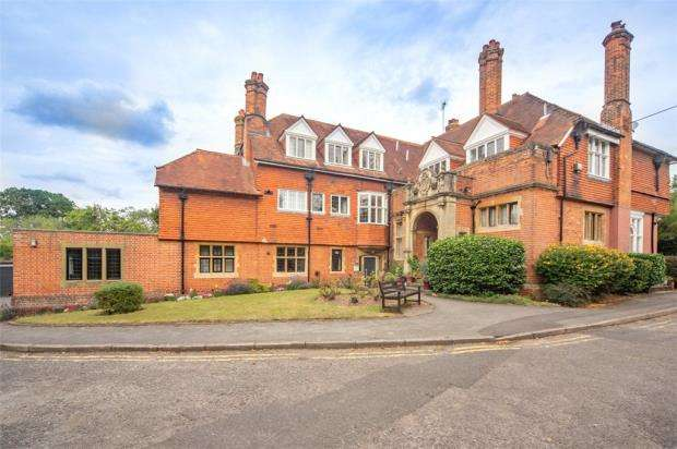 2 Bedrooms Apartment Flat for sale in Clare Court, Clare Avenue, Wokingham