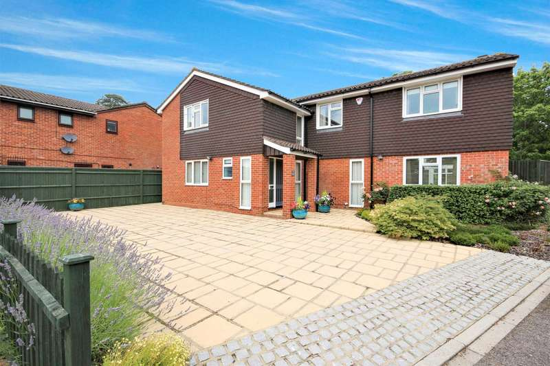 5 Bedrooms Detached House for sale in Greenham Wood, Bracknell