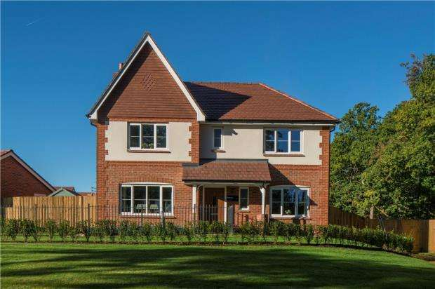 4 Bedrooms Detached House for sale in Horsham Road, Cranleigh, Surrey