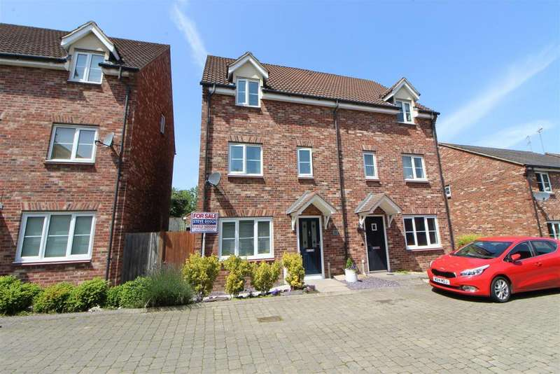 3 Bedrooms Semi Detached House for sale in The Warren, Tuffley, Gloucester