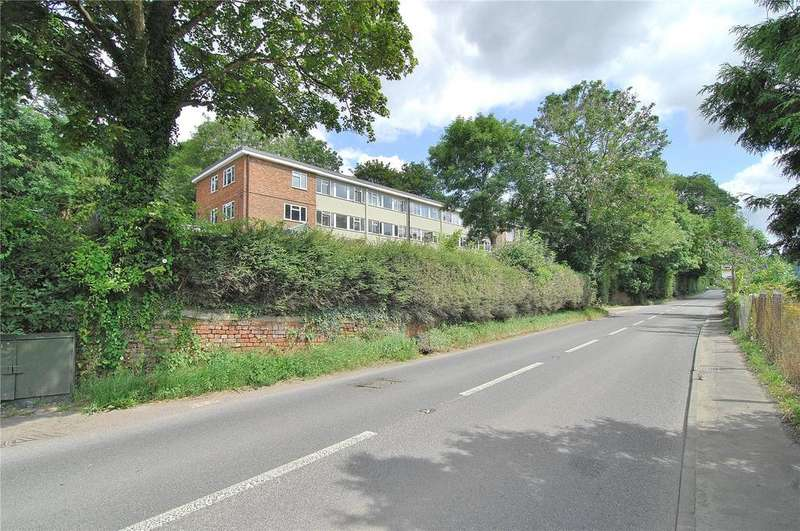 3 Bedrooms Apartment Flat for sale in Queens Court, Brimscombe, Stroud, Gloucestershire, GL5