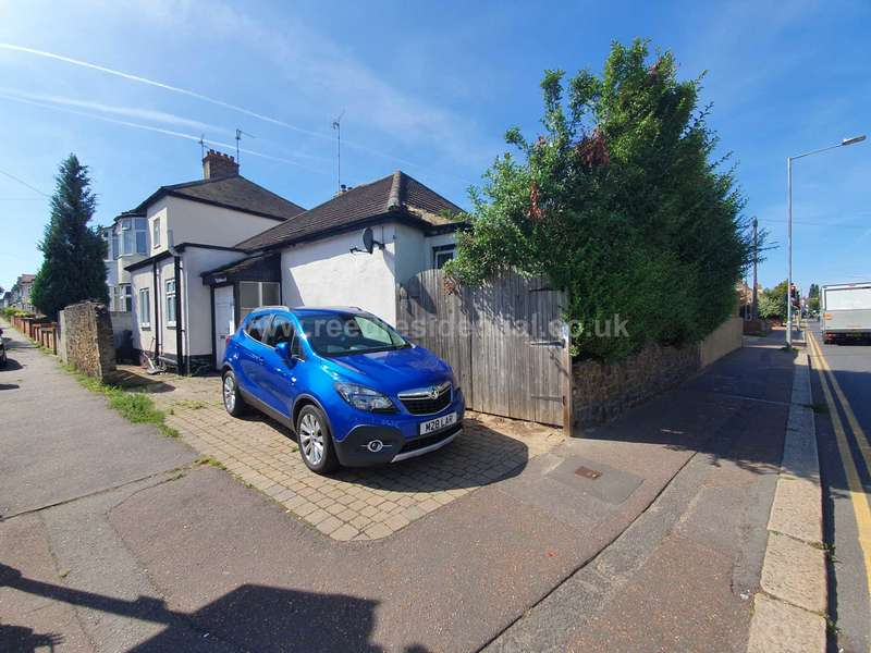 3 Bedrooms Detached Bungalow for sale in Inverness Avenue, Westcliff On Sea
