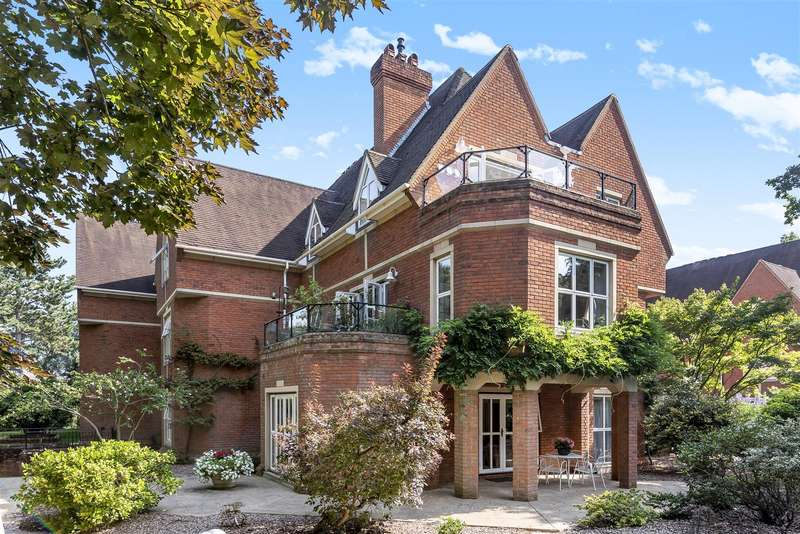 3 Bedrooms Apartment Flat for sale in Warren Road, Kingston Upon Thames