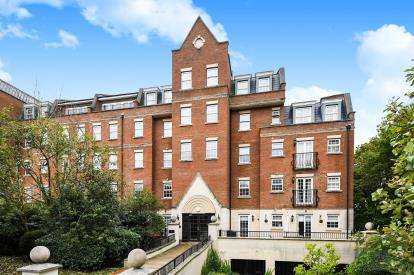 2 Bedrooms Flat for sale in Kipling Close, Brentwood, Essex