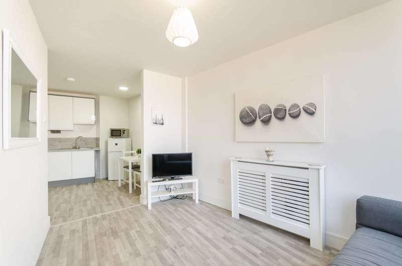 1 Bedroom Flat for sale in Garratt Lane, Tooting Broadway, SW17
