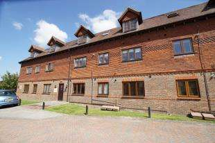 2 Bedrooms Flat for sale in The Courtyard, Coleman's Way, 113 London Road, Hurst Green