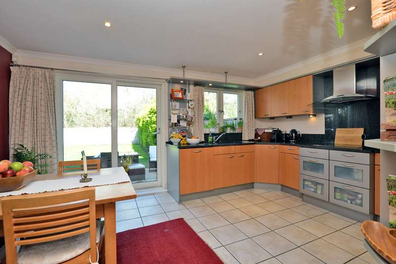 4 Bedrooms Semi Detached House for sale in Wraysbury Gardens, Staines Upon Thames TW18
