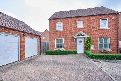 4 Bedrooms Detached House for sale in Whalley Drive, Bletchley, Milton Keynes, Buckinghamshire